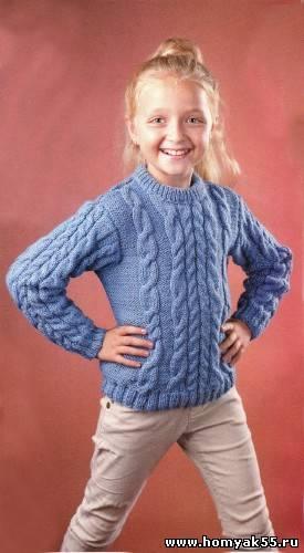 Синий пуловер с косами спицами