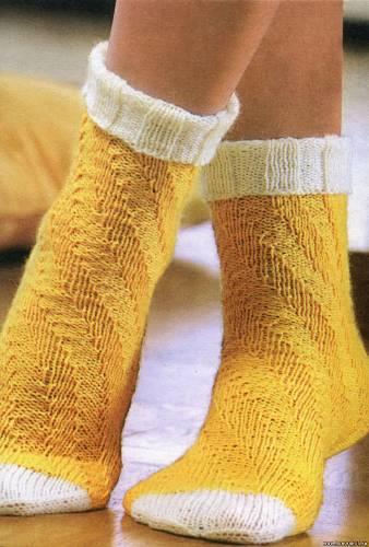 Жёлто - белые носочки спицами по спирали