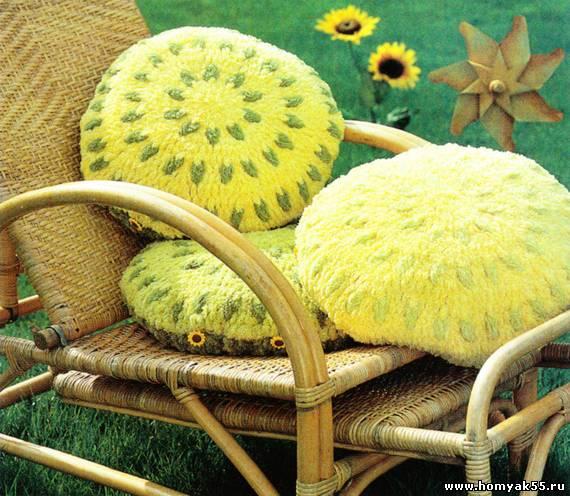 Круглые вязаные подушки