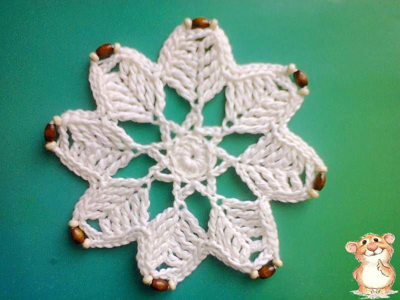 Вязаную снежинку осталось украсить