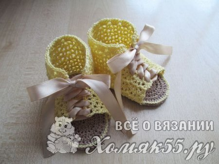 Жёлтые пинетки-сандалии крючком