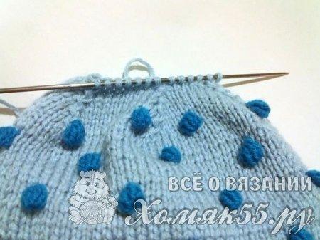 Голубая шапка с шишечками